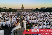 """Thousands celebrate 30th anniversary of Paris """"Dinner in White"""""""