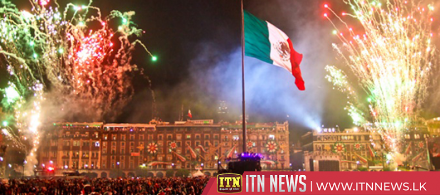 With cries and lights, Mexico celebrates independence