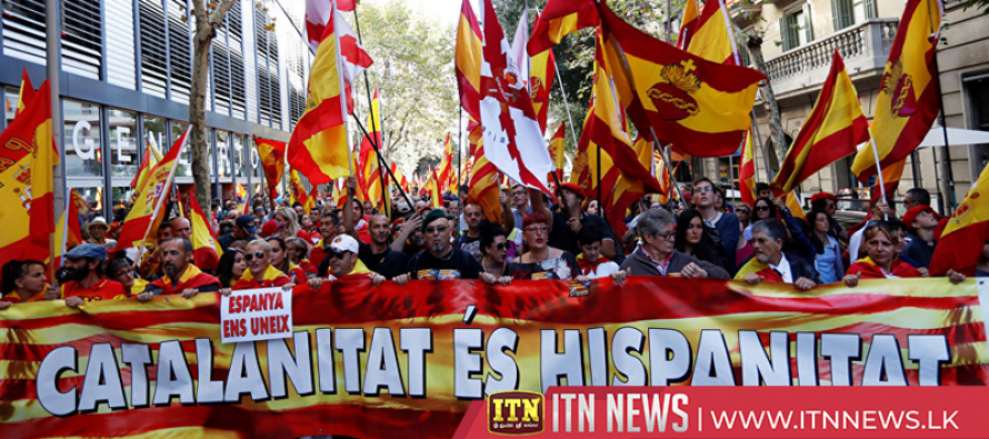 Tensions in Barcelona as thousands protest for and against Catalan independence