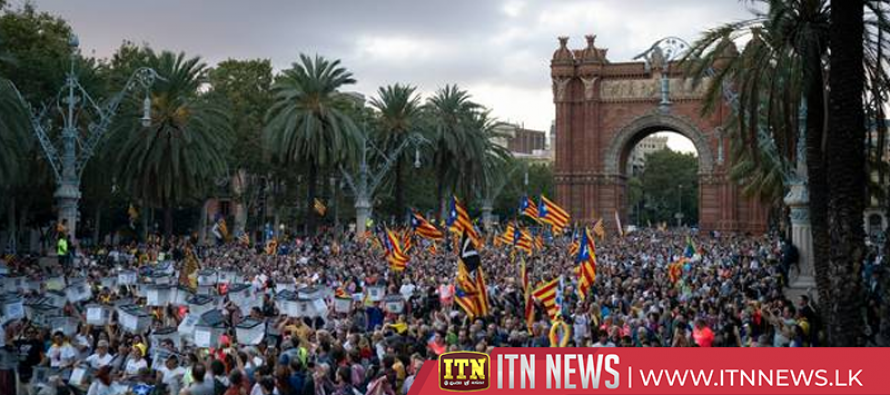 Catalan protests: Tens of thousands mark vote anniversary
