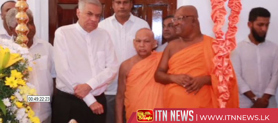 UNP leader pays his last respects to Kandevihara chief monk