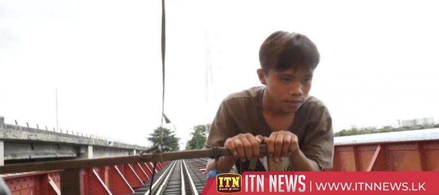 Manila 'trolley boys' ferry passengers along 'borrowed' train tracks