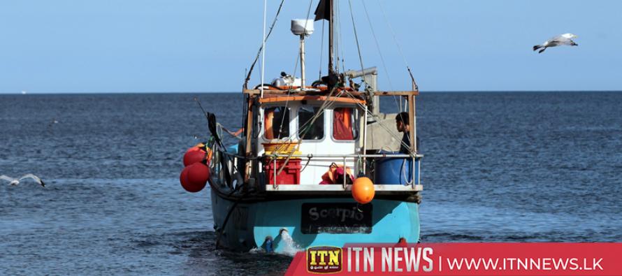 சட்டவிரோத மீன்பிடி நடவடிக்கையில் ஈடுபட்ட 12 பேர் கைது