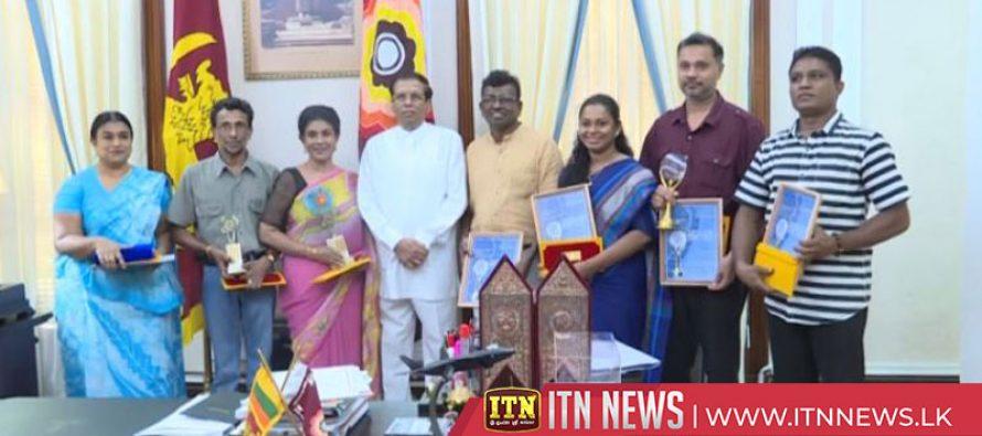 The President felicitates international awardees.