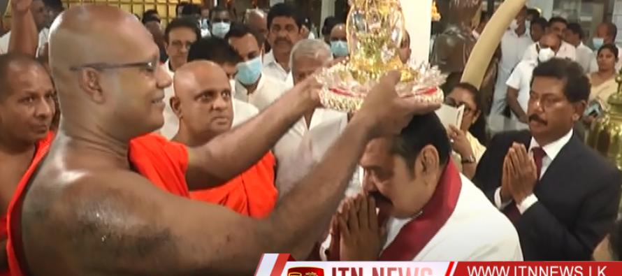 பிரதமர் கங்காராம விகாரைக்குச் சென்று ஆசிர்வாதம் பெற்றுக் கொண்டார்